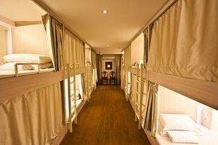L'Adler Hostel se targue d'être le seul hostel de luxe de Singapour. Les lits capsules des dortoirs se presentent comme des cabines confortables de train de luxe.