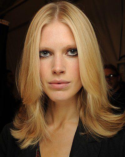 Der perfekte Schnitt für alle Frauen, die trotz dünner Haare nicht auf ihre Mähne verzichten wollen. Der leicht gestufte Schnitt, der sowohl mit Mittel- als auch Seitenscheitel tragbar ist, bringt Leichtigkeit und Bewegung in die Frisur. Das Haar wird über die Rundbürste nach außen gefönt und die Spitzen mit etwas Styling-Wachs betont. Tipp: Bei sehr dünnem Haar eignen sich nur leichte Stufenschnitte. Starke Stufen dünnen das Haar zu sehr aus. Macht den Test: Lange oder kurze Haare?