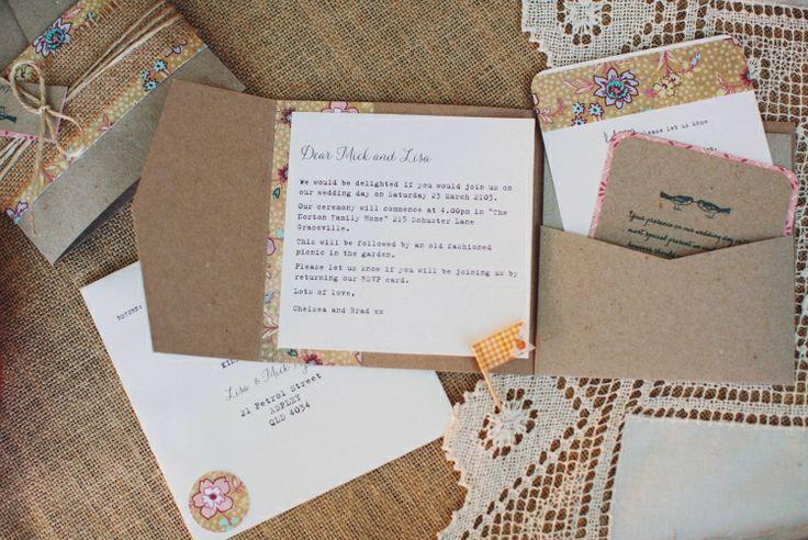 """► Invitaciones hechas a mano con arpillera y patrón de """"paisley."""" #invitaciones #bodas"""