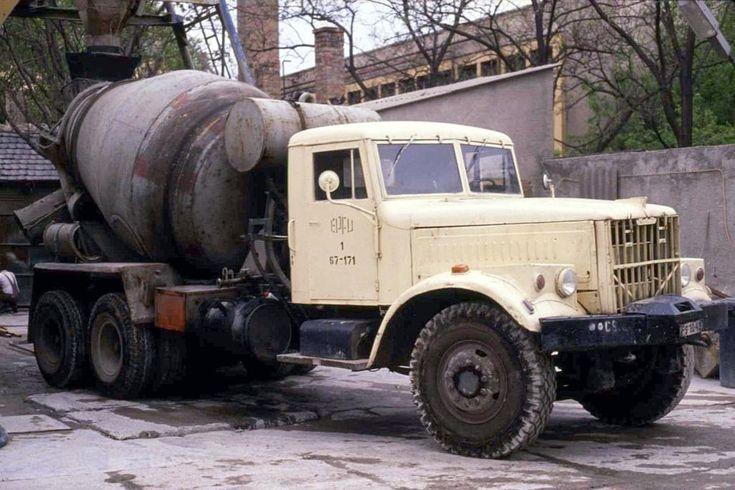 Ein schwerer Kras als Betonmischer dürfte heute in Ungarn nicht mehr anzutreffen sein. Am 17.4.1989 versah dieses Fahrzeug noch seinen Dienst an einer Mischanlage in Budapest. Hier bei der Ausfahrt aus dem Firmengelände fotografiert.