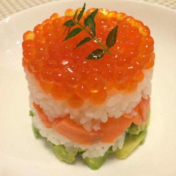 Sushi mit Avocado und rotem Kaviar