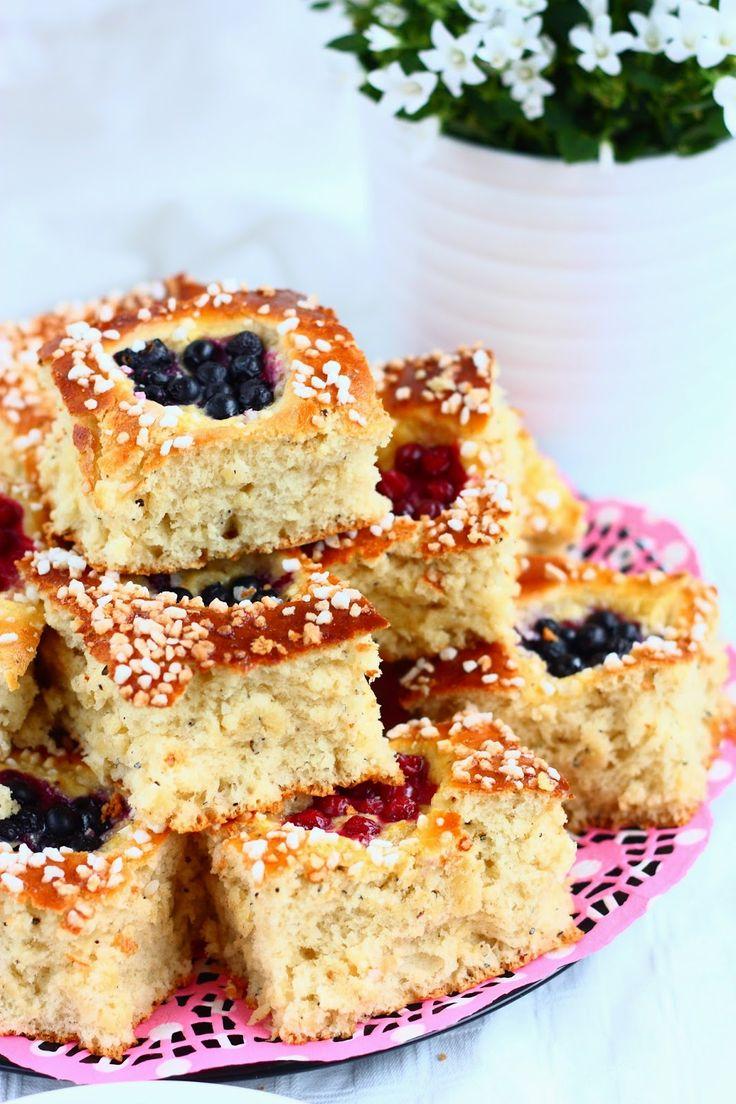 Suklaapossu: Helppo peltipulla/pannupulla marjoilla ja pehmeällä vaniljatäytteellä