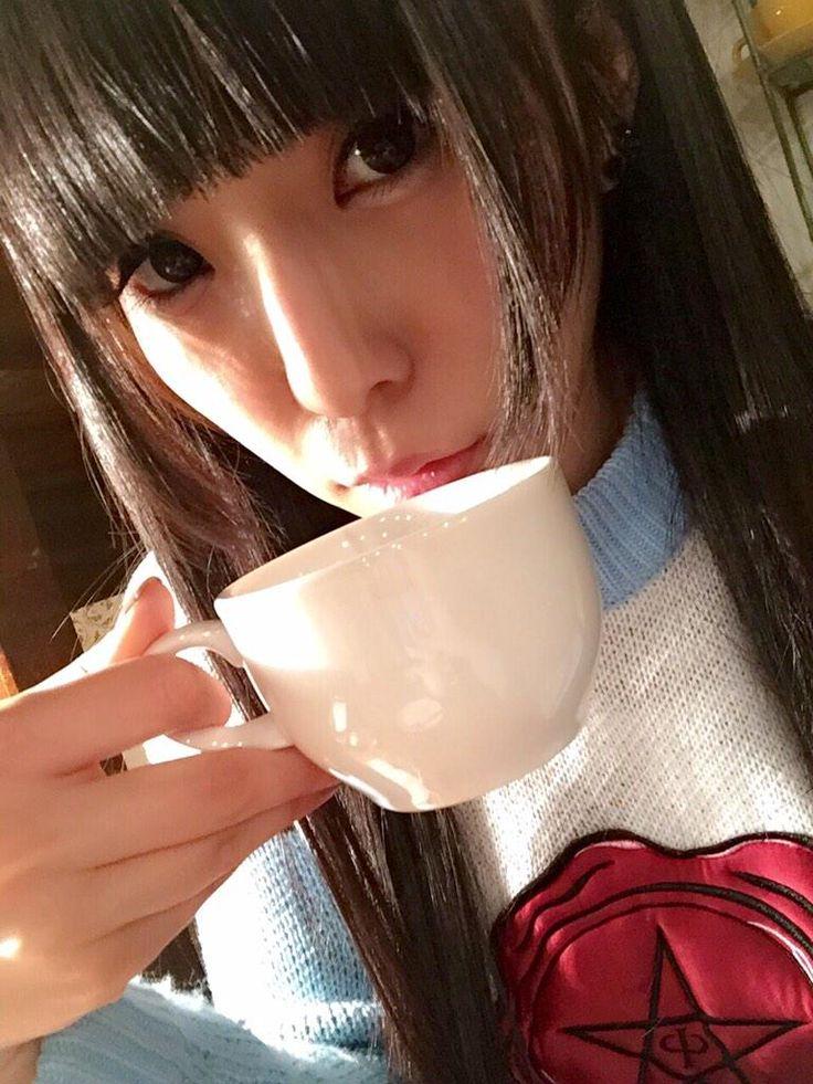 相沢梨紗 Aizawa Risa - Dempagumi.inc / でんぱ組.inc - holding cup to mouth