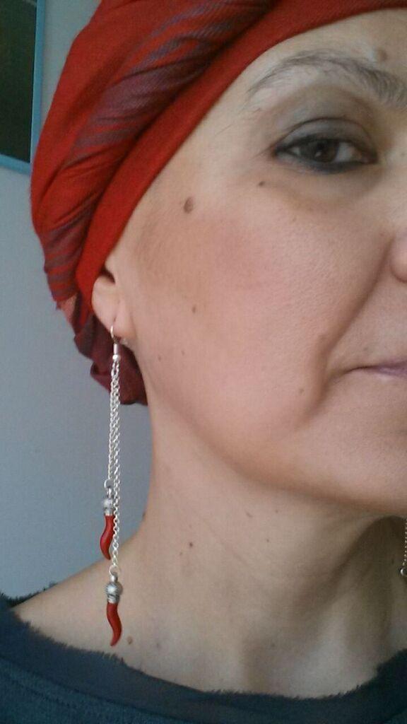 Con il turbante rosso l'orecchino non puo' essere da meno!