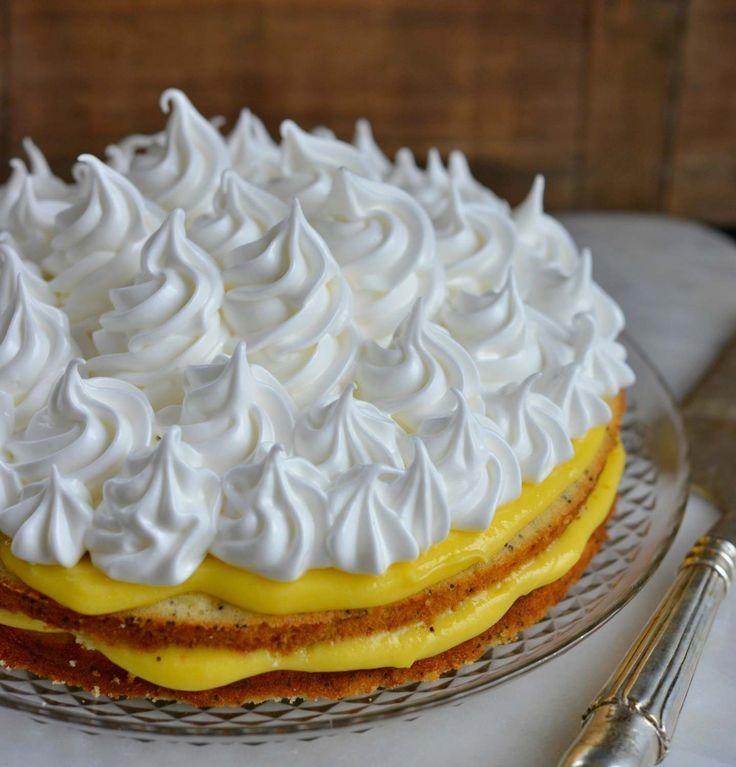 Det er snart påske og hva er vel bedre enn å lage en skikkelig god påskekake? Jeg bare elsker denne kaken! Den har en perfekt sammensetning av smak og konsistens, med den friskelemoncurden mot den søte myke italienske marengsen og valmuefrøene som gir en fin liten krønsj. Den kan også gjøres ferdig i god tid …