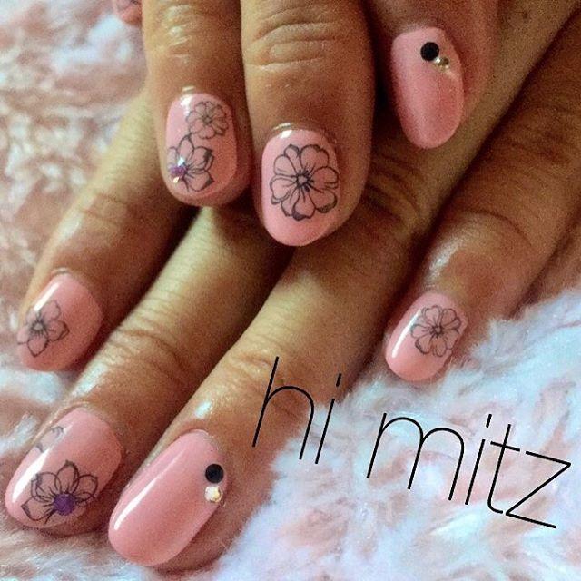 「若すぎないピンクで春っぽく」  いつも気を付けているのは、注文のデザインがその方の爪の形や肌色にあってるのかどうか🤔 実は薄いペールカラーやパステルカラーは肌色を選んでしまうのもあるので難しいところです…🦄 #セルフジェルネイル部 #セルフネイル #ワンカラーネイル #パステルピンク #マカロンカラー #ちび爪 #ウォーターシール #美甲 #美爪 #プチプラカラージェル #pinknails #macaron #flower #flowernail #nail #selfnail #himitz