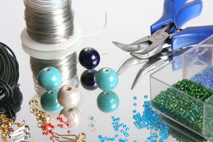 Conoce Los Materiales Básicos Para Hacer Joyería O Bisutería En Casa Hacer Bisuteria Bisuteria Materiales Para Hacer Pulseras