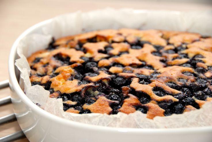Opskrift på en meget lækker blåbærkage, der laves med frosne blåbær. Blåbærkagen er nem at røre sammen, og bages i 40 minutter. Blåbærkage er en dejlig nem kage til eftermiddagskaffen, eller brug d…