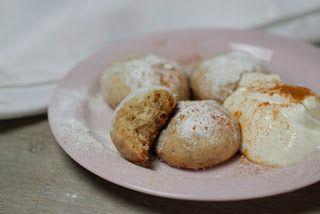 Mexicaanse huwelijkskoekjes (polvorones), als dessert geserveerd met Griekse yoghurt (of slagroom) en een snuf kaneel