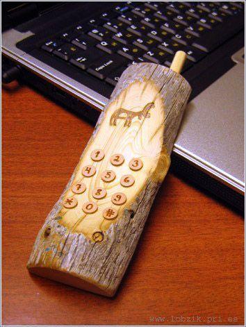 Maqueta de teléfono móvil en #madera. // Wooden Cellphone