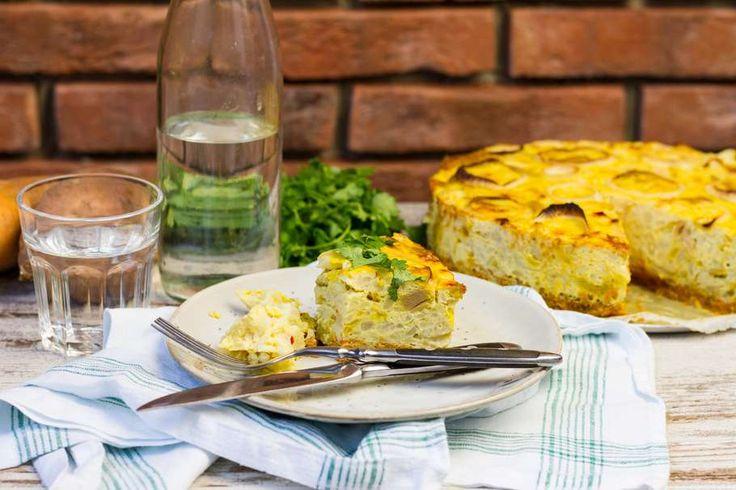 Recept voor hartige taart van zoete aardappel en bloemkool voor 4 personen. Met zonnebloemolie, zout, peper, bloemkool, ui, vegetarische kipreepjes, zoete aardappel, ei, kokosmelk, rode peper, kurkuma en koriander