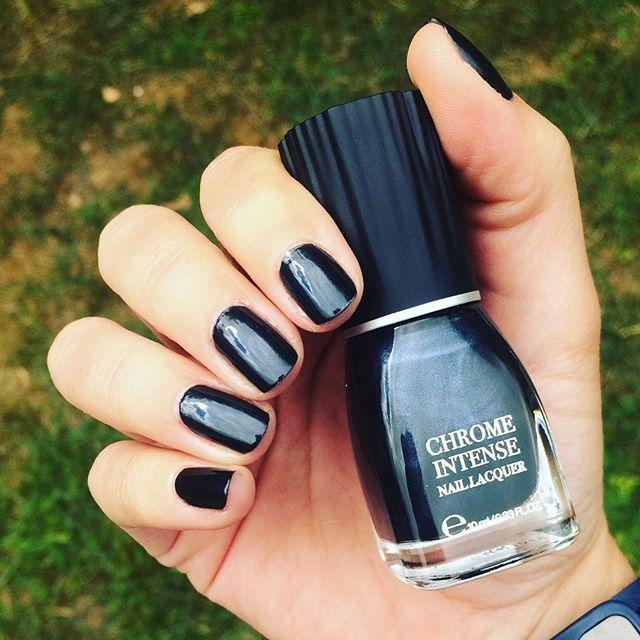 Brillance extrême!! ✨✨ #chromeintense #black #kiko #nails #nailpolish…