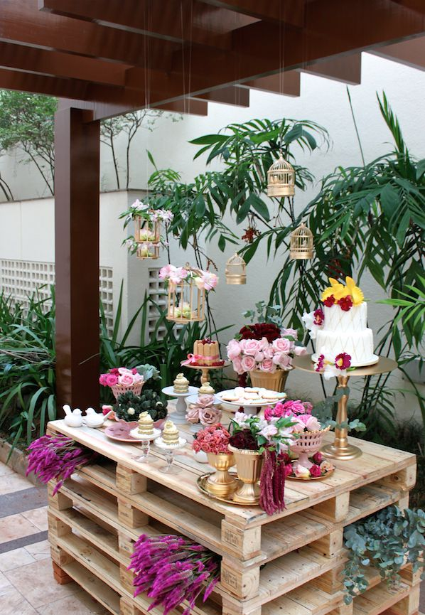 inspiração incrível para uma mesa charmosa em casamento no campo, com poucos doces na mesa. Uma vez que teria uma mesa somente com sobremesas *-*
