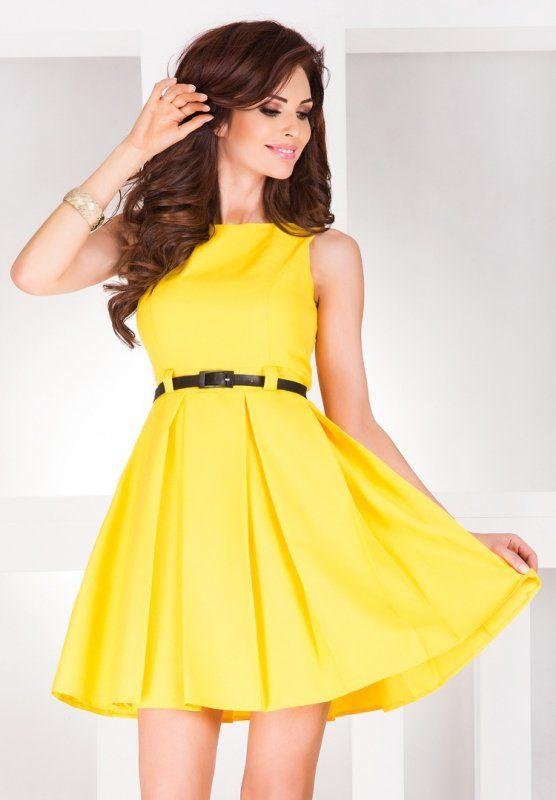 Rozkloszowana sukienka bez rękawów, z modelowanymi kontrafałdami, wykonana na podszewce, sprzedawana w komplecie z czarnym paskiem podkreślającym talię. #sukienka #krótka #elegancka #żółta #kobieta #moda #trendy