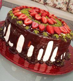 Nefis pandispanya ve kremasıyla nefis bir pasta  Yaş günlerinde veya özel günlerinizde yapabilirsiniz yiyenler çok beğenecek. Nefis Doğum günü pastası tarifi