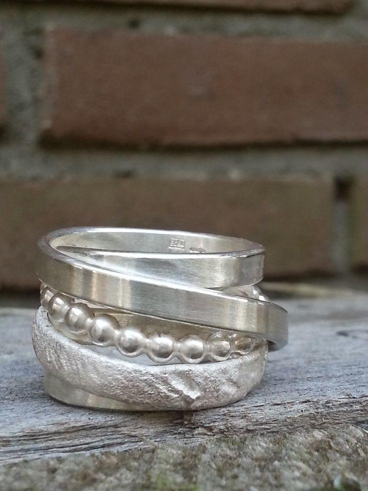 Idylliz; Brede wikkelring. Bijzondere handgemaakte zilveren trouwring.