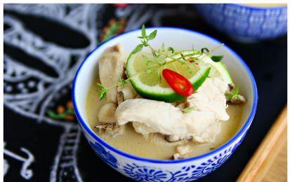 Zuppa di pollo al latte di cocco (Tom Kha) - Ecco una saporita ricetta della cucina tailandese, dove si ritrovano gli ingredienti tipici di questa cucina: il latte di cocco, lo zenzero e il lemon-grass