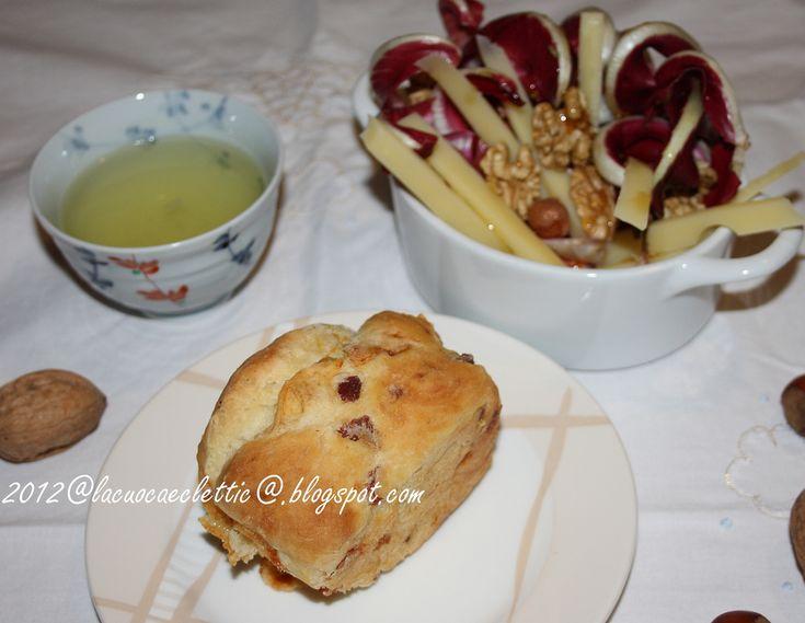 Panino ripieno, insalata di stagione e tè verde, una cena semplice e deliziosa