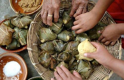 Una comida tradicional del estado de Michoacan, se llaman Corundas. Corundas son como pequeños tamales triangulares envueltos en hojas de maíz. Corundas estan cocidas al vapor. No contienen relleno y se pueden comer con crema o salsa.