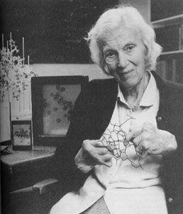Dorothy Mary Crowfoot fue pionera en la técnica de determinación de estructuras de sustancias de interés bioquímico mediante rayos X. La difracción de rayos X en la década de 1930 todavía no estaba suficientemente desarrollada y consiguió determinar la estructura tridimensional de las siguientes biomoléculas como el colesterol, la insulina o la penicilina.