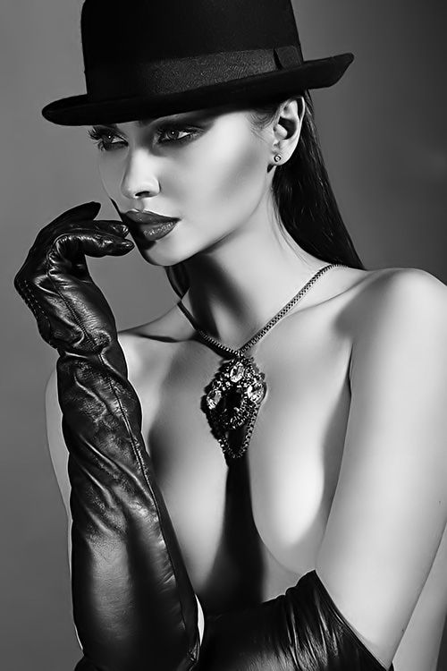 Portrait - Fashion - Hat - Gloves - Editorial - Black and White - Photography - Pose Idea / Inspiration
