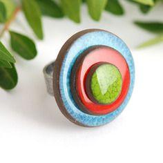 """Bague réglable en céramique collection """"les confettis"""" bleue rouge vert"""