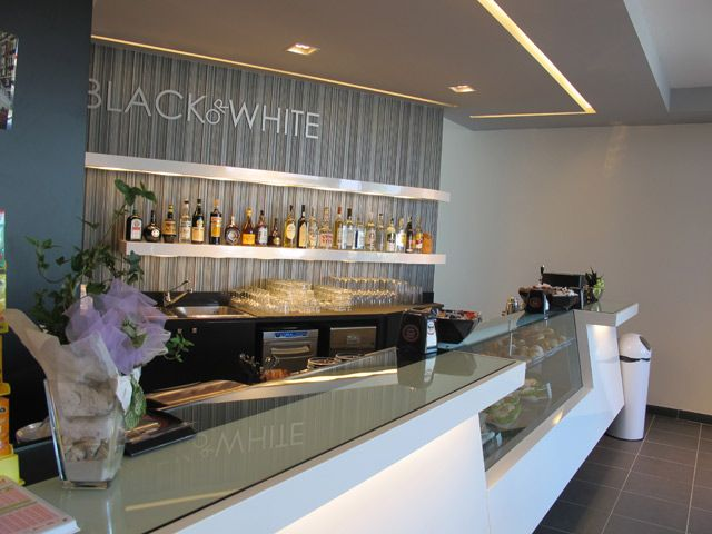 Black white bar counter design by http marchi for Italian cafe interior design ideas