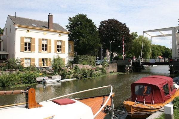 Deze B&B met 1 gastenkamer ligt net buiten Utrecht aan de Vecht in een klein, vrij onbekend paradijsje. Het is een monumentaal pand en de kamer heeft direct uitzicht op de rivier. Locatie: Oud-Zuilen. Foto: Liesbet Den Daas.