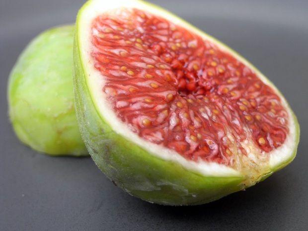 İncirin Faydaları    Bu şekerli minik çekirdeklerle dolu meyve birçok değişik büyüklükte ve renkte bulunur. Çok lezzetlidir. Kolay bozulabilen bir meyve olduğundan kuru hali daha çok tüketilebilmektedir.    İncir, yüksek oranda su, az protein, yağ ve karbonhidrat içerir. Kuru incirin besin değeri çok yüksektir. %74 oranında şeker içerir. Potasyum, lif ve manganaz bakımından zengindir. Potasyum tansiyon kontrolü için çok önemlidir.    Sağlığımıza Faydaları