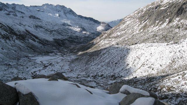 L'alta Val Salarno - oltre il Rifugio Prudenzini - vista dal punto di osservazione del Censimento Stambecco Adamello 2013, illuminata dai primi raggi del sole (www.uomoeterritoriopronatura.it).