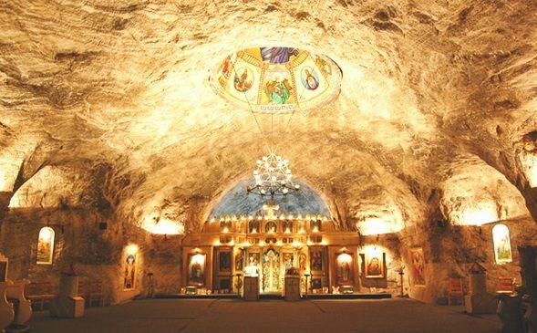 """Biserica Sfanta Varvara este bisericuta ortodoxa din mina de sare """"Trotus"""", din orasul Targu Ocna. Biserica a fost zidita si amenajata in perioada aprilie-decembrie 1992. Acest locas de rugaciune, ctitorit numai de minerii ce muncesc aici, se afla asezata la o adancime de 240 de metri, sub nivelul solului."""