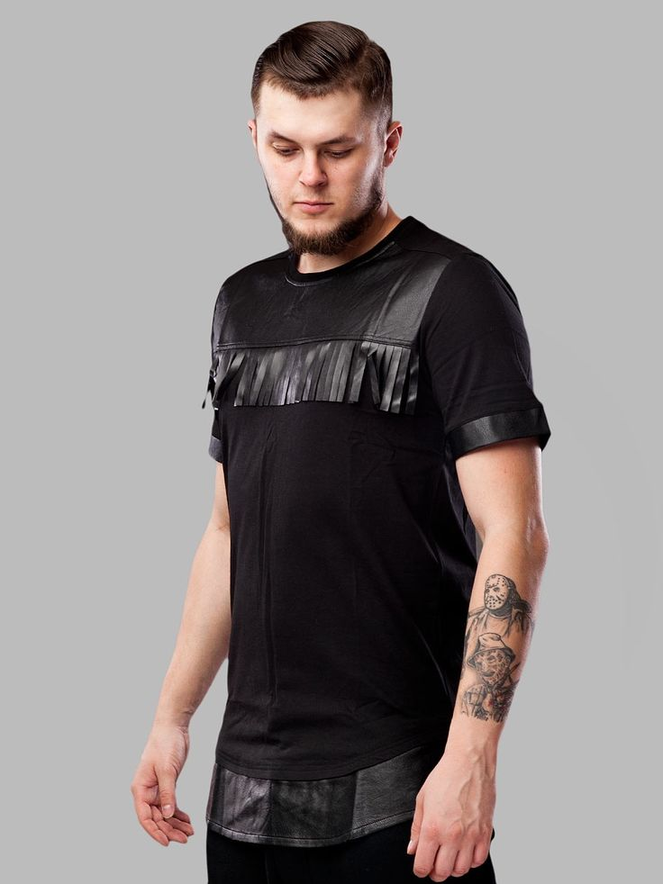 Zobacz Saori Black marki Black Kaviar w kategorii Koszulki w UrbanCity.pl! Koszulka marki Black Kaviar Posiada wstawki z imitacji skóry, przedłużony dół koszulki. Materiał: 100% bawełna Wstawki: 100% poliuretan Model Krystian [180cm 80kg] ma na sobie rozmiar L