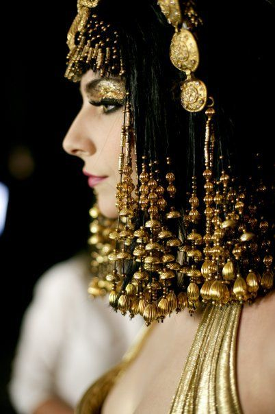 Hair beaded in gold...so gorgeous!!!                                                                                                                                                                                 Más