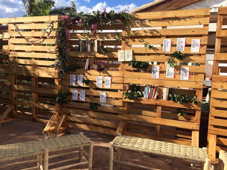 Busca tu sitio en la boda// Seatting plan con palés de madera Foto: Eva Ripoll. Organización: Señor y señora de #bodassrysrade www.señoryseñorade.com