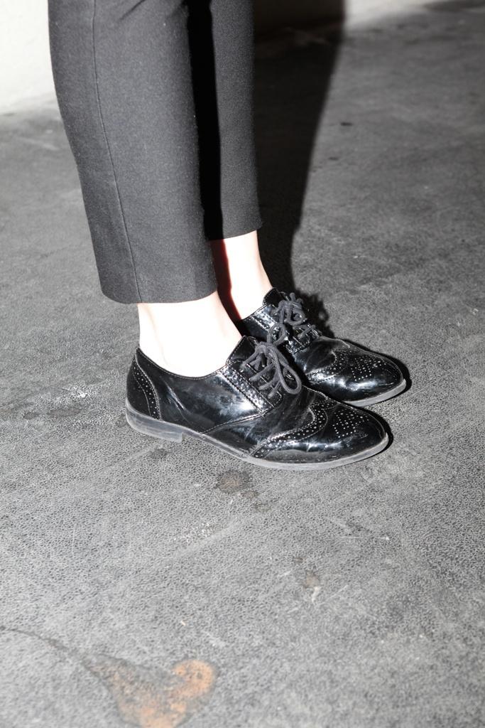 Street style en Mercedes-Benz Fashion Week Madrid. Detalle de los zapatos tipo brogues de Asos con pantalón al tobillo de Topshop.