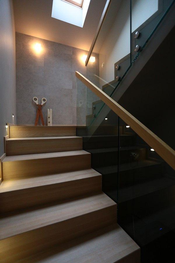 Otwarty hol z nowoczesną klatką schodową - Architektura, wnętrza, technologia, design - HomeSquare
