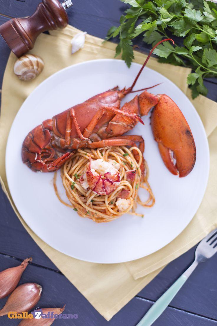 Gli spaghetti all'astice in bellavista (lobster spaghetti with tomato sauce) sono un primo piatto di mare di grande effetto e al contempo molto gustoso, perfetto per celebrare avvenimenti particolari come #SanValentino! #ricetta #GialloZafferano #italianfood #italianrecipe #ValentinesDay http://speciali.giallozafferano.it/san-valentino