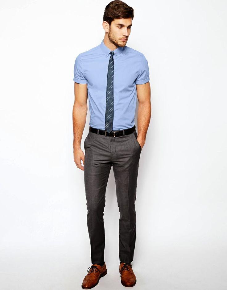 """sapato social """"laranja"""", calça em alfaiataria cinza escuro, cinto preto, camisa social manga curta azul claro e gravata cinza."""