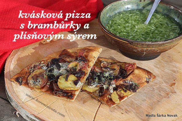 Kvásková pizza s brambůrky a plísňovým sýrem s okurkovým salátem, podávaná na prosluněné terase