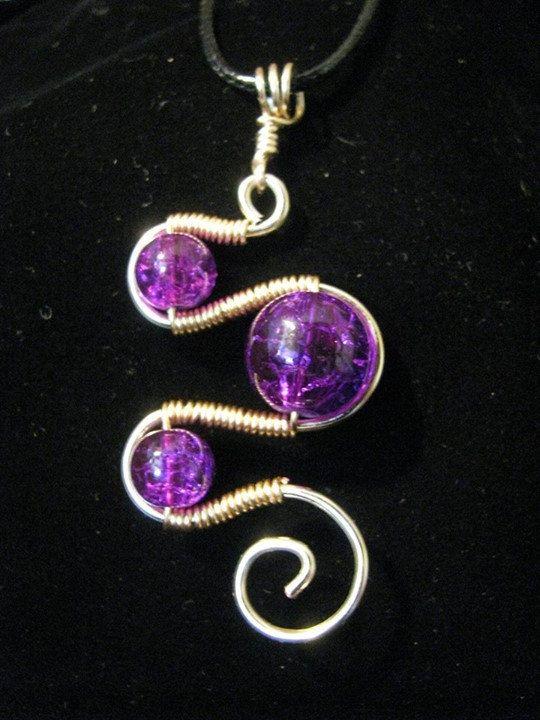 Este listado está para un colgante de alambre envuelto con granos de crujido de vibrante color. El cable es imitación de cuero y es regulable de 18 a 20 pulgadas de largo con corchete de la garra de langosta. El alambre utilizado en el colgante está permanentemente color del alambre de cobre. Los pendientes a juego se pueden encontrar aquí: https://www.etsy.com/listing/125787500/hand-made-glass-crackle-bead-earrings?
