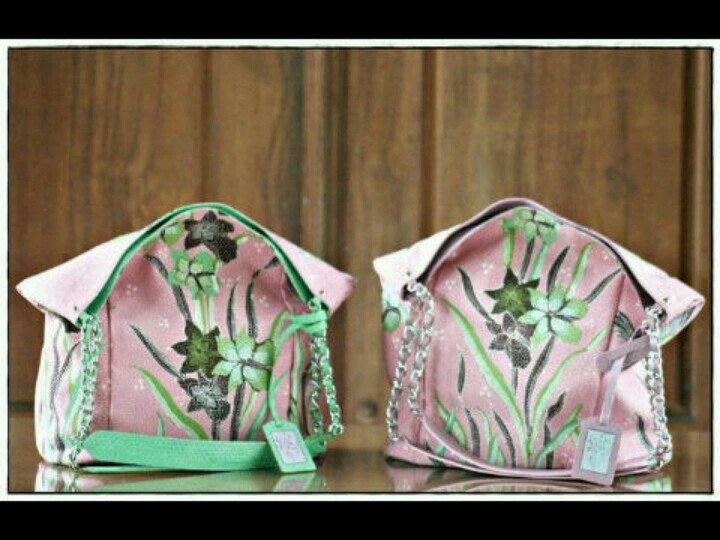 Bening batik bag from Kunthi Batik, Indonesia. The textile made in Pekalongan, so it name Pekalongan Batik. Love the pink color, girly and nice. Mine is the right side