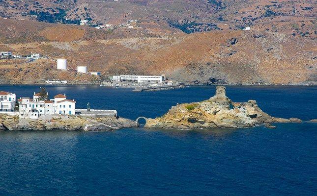 Το Κάτω (Μέσα) Κάστρο, πάνω σε νησίδα, στο βορειοανατολικό άκρο της Χώρας Άνδρου #andros #island #greece #travel http://diakopes.in.gr/trip-ideas/article/?aid=209717