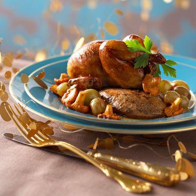 CAILLES ROTIES AU FOIE GRAS (Pour 4 P – 6 cailles prêtes à cuire • 6 escalopes de foie gras de canard cru (250 g environ) • 500 g de raisin muscat • 50 g de beurre • 3 c à s de cognac • 1 pincée de quatre-épices • 1 c à s de farine • sel, poivre)
