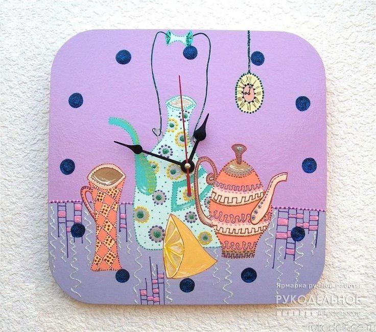 Часы настенные ручной работы для интерьера кухни, гостиной или детской комнаты - очень яркие и позитивные. Расписаны акриловыми красками и контурами на деревянной заготовке 4мм, покрыты акриловым лаком. Вешаются на подвес часового механизма. Батарейка в комплекте. https://rukodelnoe.ru/catalogue/homeinterior/clock/chasy-nastennye-na-kuhnyu-vremya-pit-chay-natyurmort-chasy-ruchnoy-raboty-40139.html…