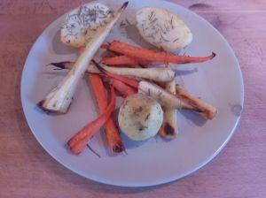horneado de chirivia, nabo (o patata)  y zanahoria:  Receta sencilla con chirivía. Este plato está inspirado en una receta de Jamie Oliver, en la receta te explico su manera de prepararla, y la mía, un poco más sencilla, más ligera, pero igual de sabrosa y saciante. #chirivia #nabo #recetasparaadelgazardisfrutando