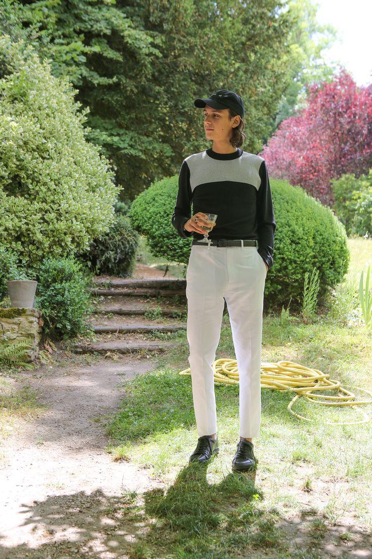 pull col rond en viscose noir empiècement jacquard blanc pantalon droit en coton blanc
