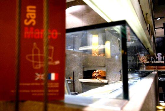 E da quel forno... la tua scelta tra oltre 40 varietà di #pizza. Dalle classiche alle più sfiziose come: la Sicula, la Doge, la San Marco o la Croccante... finissima al pomodoro, con parmigiano, peperoncino e basilico. Ti aspettiamo ogni giorno, sia a pranzo che a cena, sempre con lo stesso fuoco www.pizzeriasanmarcoroma.com #pizzeria #food #ristorante #roma