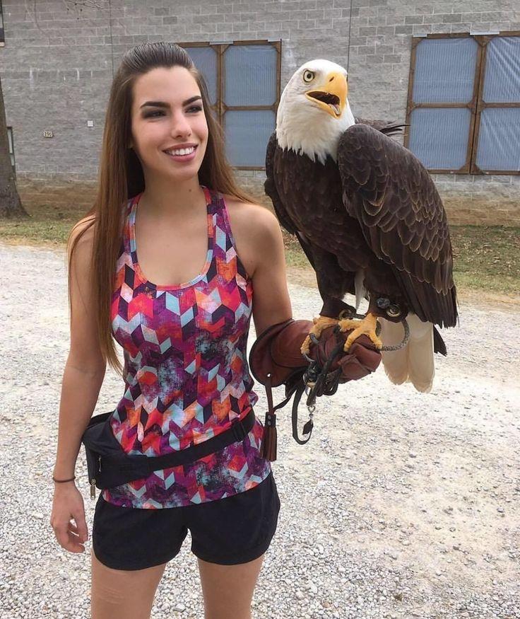 """Quando criança crescendo no oeste da Pensilvânia, Paige Davis @pythonpaige era fascinada pelo mundo natural. """"Sempre soube que eu ia trabalhar com animais quando crescesse"""", diz ela. Anos mais tarde, se formou em ciências da vida selvagem e de pesca na faculdade, estudando todo tipo de criaturas, mas as aves de rapina eram sua paixão. """"Adorei trabalhar com raptores"""", diz Paige.  Hoje, Paige e seus colegas do Missouri's World Bird Sanctuary @worldbirdsanctuary"""