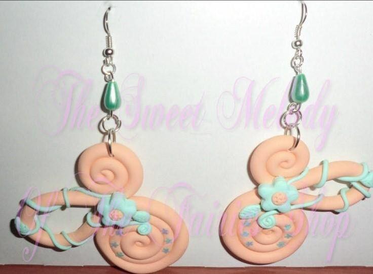 orecchini ghirigori in fimo color pesca con decorazioni : Orecchini di the-sweet-melody-of-the-fairies-shop