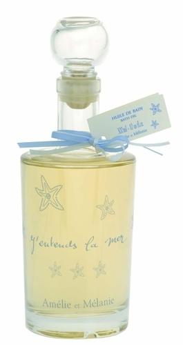 Huile de bain  Pour un moment de détente absolu.  Cette huile de bain, présentée dans un magnifique flacon en verre décoré d'étoiles de mer, parfume le bain de délicates senteurs marines.  Mettre l'équivalent de deux cuillères dans l'eau chaude du bain.  Convient à tous types de peau.